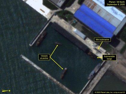 El minisubmarino y la plataforma sumergible (Planet Labs/38North)