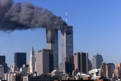 Imagen de archivo que muestra las Torres Gemelas en llamas después del atentado del 11 de saptiembre de 2001 en Nueva York, EE.UU. EFE/JASON SZENES./Archivo