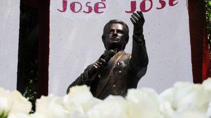 El homenaje a José José en el parque de la colonia Clavería reunió a alrededor de 150 personas (Foto: Cuartoscuro)