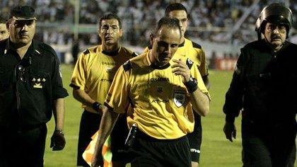El ex árbitro aprovecha para contar sus anécdotas (Foto: Télam)
