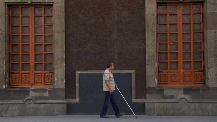 Un señor con discapacidad visual, pasa por la calle de Donceles del Centro Histórico (Foto: Cuartoscuro)