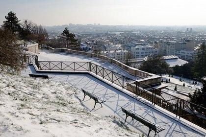 Una vista muestra un área cubierta de nieve cerca de la Basílica del Sacre Coeur en Butte Montmartre en París, Francia, el 10 de febrero de 2021. REUTERS / Sarah Meyssonnier