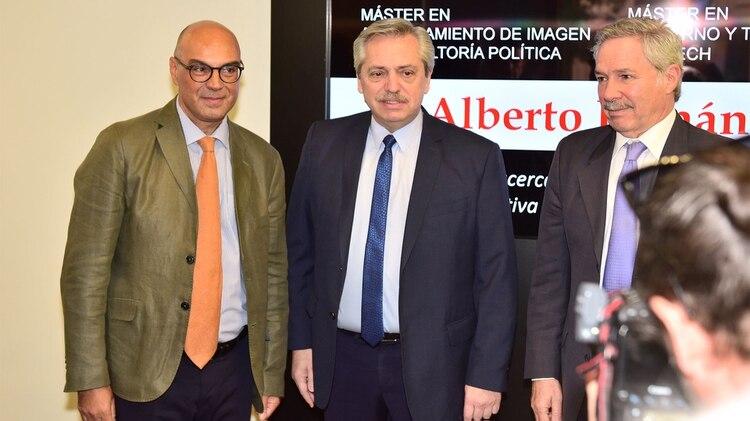 Alberto Fernández en la Universidad Camilo José Cela en Madrid, acompañado por Felipe Solá y el decano de la Facultad de Comunicación, Jorge Santiago (Fotos: Alejandro Ríos)