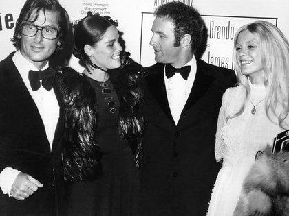 Robert Evans, su entonces esposa, Ali MacGraw, y James Caan, coprotagonista de El Padrino, en 1972 (Photo by Kobal/Shutterstock)