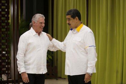Foto de archivo. El presidente de Venezuela, Nicolás Maduro, habla con el presidente de Cuba, Miguel Díaz-Canel, antes de la apertura de una cumbre de la Alianza Bolivariana para los Pueblos de Nuestra América (ALBA) en La Habana, Cuba. 14 de diciembre de 2019. (Ramon Espinosa/vía REUTERS.)