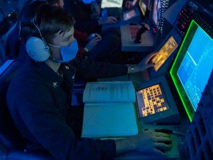 Oficiales del destructor USS Mustin en el Mar Meridional de China (US Navy)