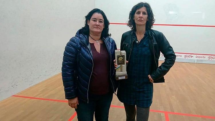 Elisabet Sadó y Maribel Toyos, vocal de la federación, junto al trofeo