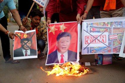 Manifestantes gritan consignas y queman retratos del presidente chino, Xi Jinping, en Bhopal (India), después de la muerte de militares indios en un choque fronterizo entre la India y China, el primer incidente de este tipo con víctimas mortales en 45 años, que ha elevado la tensión entre los dos gigantes asiáticos (EFE/ Sanjeev Gupta)