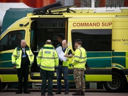 Los paramédicos y el personal militar son vistos fuera del Centro Excel, Londres mientras se prepara para convertirse en el Hospital Nightingale del NHS, mientras continúa la propagación de COVID-19, en Londres, Gran Bretaña, 1 de abril de 2020. (REUTERS/Henry Nicholls)