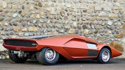 En la parte trasera, bajo una tapa de motor de diseño también futurista escondía un humilde 1.6 de sólo 132 caballos.