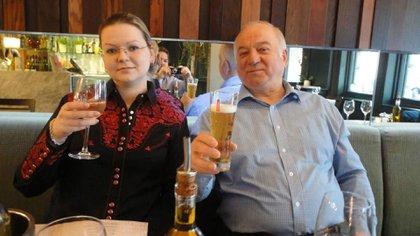 Serguéi Skripal, junto a su hija. Ambos fueron envenenados