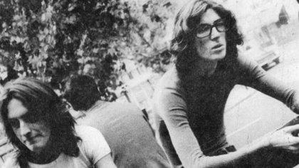 """Charly García y Nito Mestre se presentaron en Montevideo en un show en el que interpretaron la canción """"Botas locas"""", hecho que les valió ser detenidos por las autoridades"""