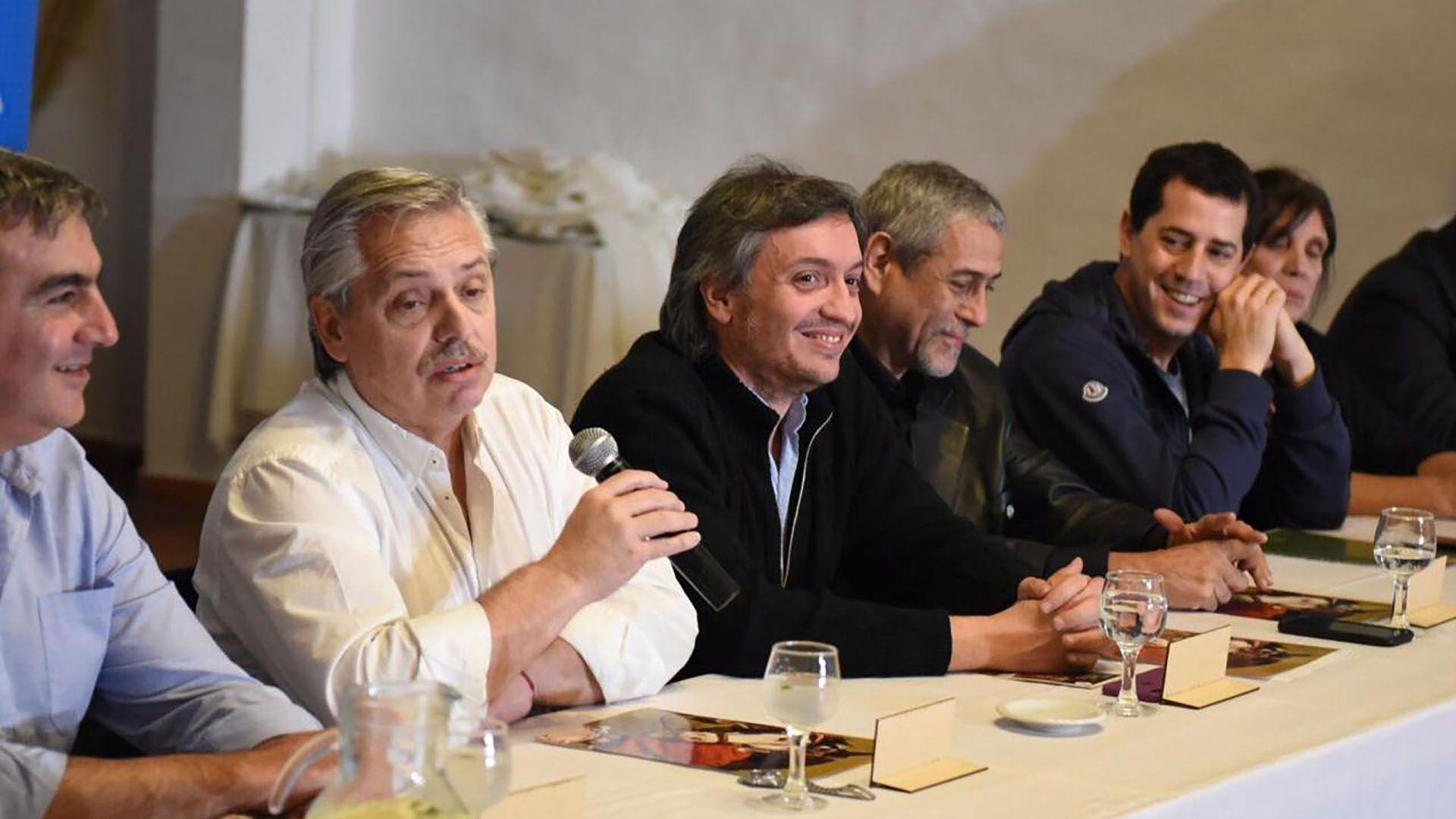 De Pedro junto a Máximo Kirchner y Alberto Fernández durante la campaña electoral