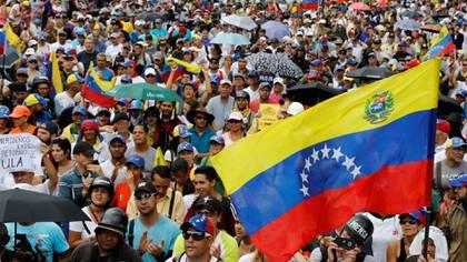 Los venezolanos en una marchacontra Maduro