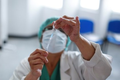 """""""Con esta información, los ciudadanos van a poder exigir su derecho a que los gobiernos les apliquen las mejores vacunas"""" (REUTERS)"""