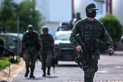 Soldados patrullando las calles de Culiacán. (AP)