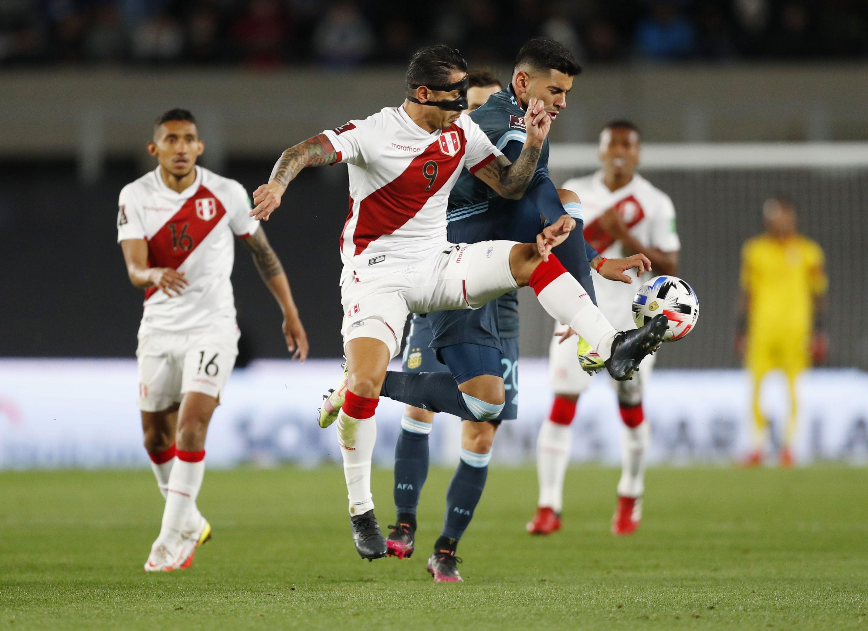 Lapadula tuvo varios duelos con el defensor Cristian Romero. (Foto: REUTERS)