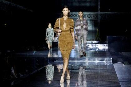 Bella Hadid desfilando para Burberry en London Fashion Week