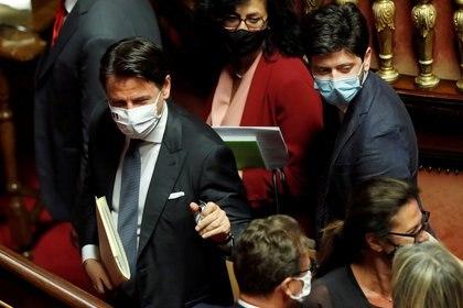 El primer ministro Giuseppe Conte y el ministro de Sanidad Roberto Speranza (REUTERS/Remo Casilli/archivo)