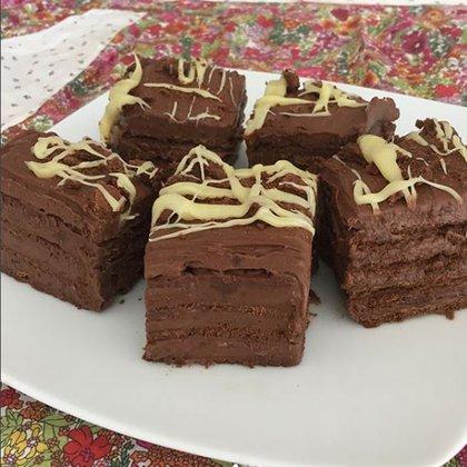 La chocotorta de Valu Ramallo en su versión con Nutella o pasta de avellanas con decorado final de galletitas trituradas y chocolate blanco derretido (Valu Ramallo)
