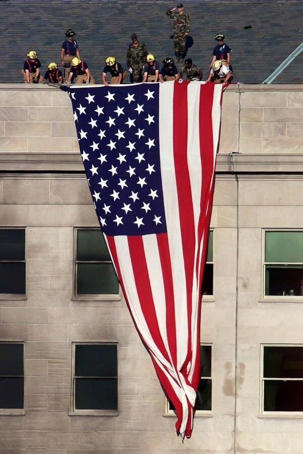 Bomberos y personal militar izaron la bandera estadounidense en el Pentágono (John McDonnell/The Washington Post)