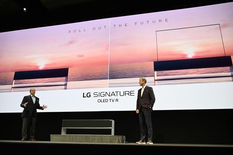El vicepresidente senior de LG, David VanderWaal (L), y el director sénior de marketing de entretenimiento para el hogar de LG, Tim Alessi (R), presentaron el OLED TV R (Foto por Robyn Beck / AFP)