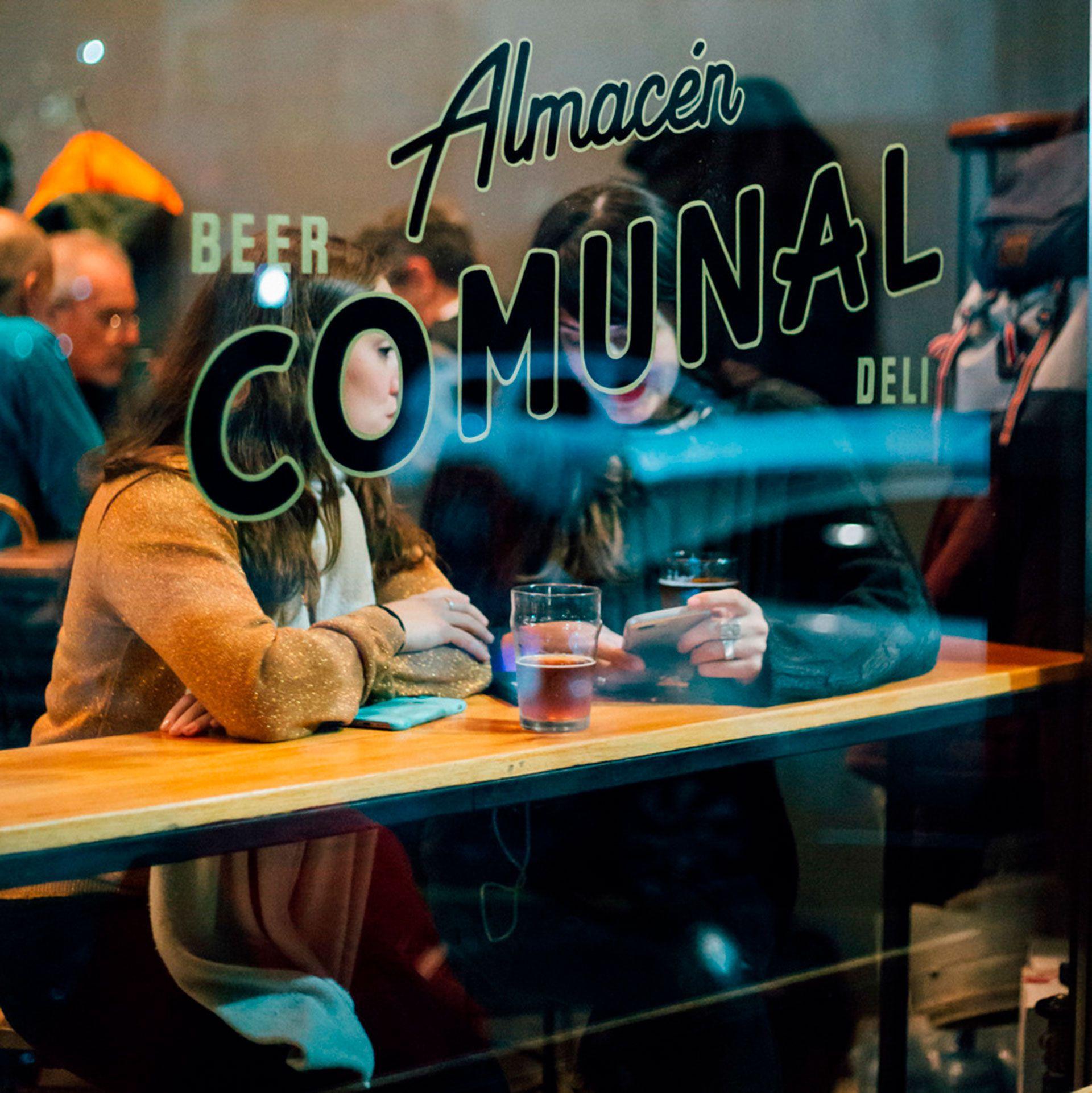 En el prometedor vecindario de Chacarita se afinca Almacén Comunal, un nuevo café abierto todo el día con una estética característica y que sirve una buena selección de refrigerios, café fuerte y vinos y cervezas locales (Instagram @almacencomunal)