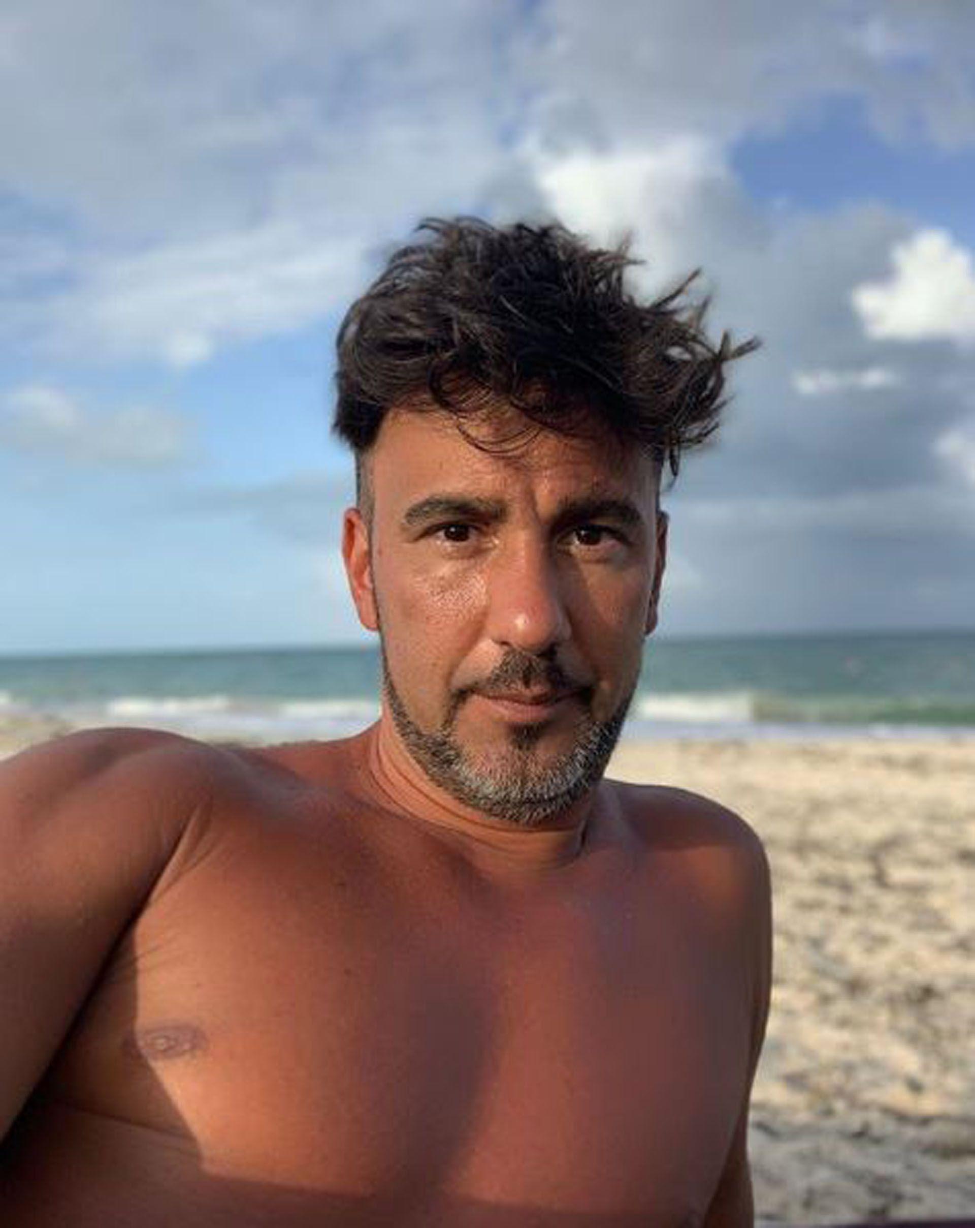 El productor, tomando sol en la playa