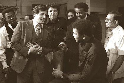 Sylvester Stallone, saludando a Ali en el vestuario para desearle suerte antes de la pelea. Stallone se inspiró para escribir Rocky tras ver la pelea de Ali contra Wepner en 1975