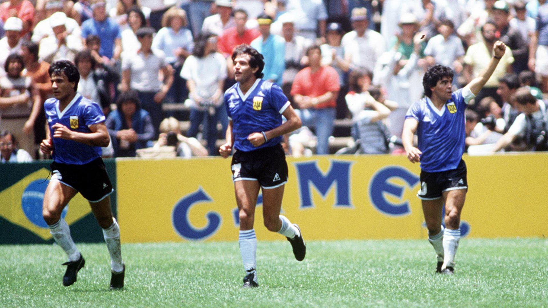 Negro Enrique, Jorge Burruchaga y Diego Maradona tras el segundo gol de Diego a Inglaterra en los cuartos de final de la Copa del Mundo México 1986 (Credit: Photo by Colorsport/Shutterstock)