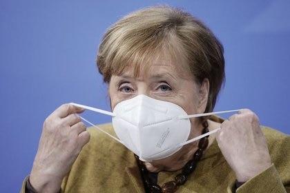 """La canciller alemana Angela Merkel es acusada por """"sacrificar vidas alemanas"""" al anular las competencias para diseñar una política de vacunas independiente al bloque europeo. REUTERS"""