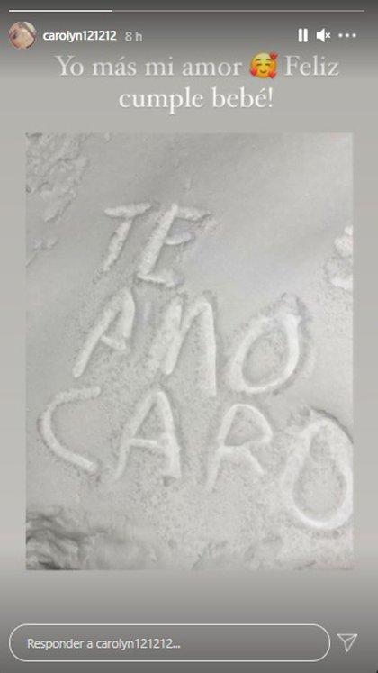 Carolyne Adams escribe en nieve y lo postea en Instagram (carolyneadams)