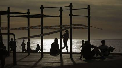 El ejercicio individual al aire libre está permitido de 6:00 a 10:00 y de 20:00 a 23:00 (AP Photo/Emilio Morenatti)