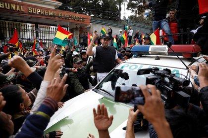 Luis Fernando Camacho, líder cívico de Santa Cruz y una de las principales figuras de la oposición a Evo Morales, habló a sus seguidores en La Paz el 10 de noviembre de 2019 cuando el mandatario renunció tras las protestas que dejaron decenas de muertos (REUTERS/Marco Bello)