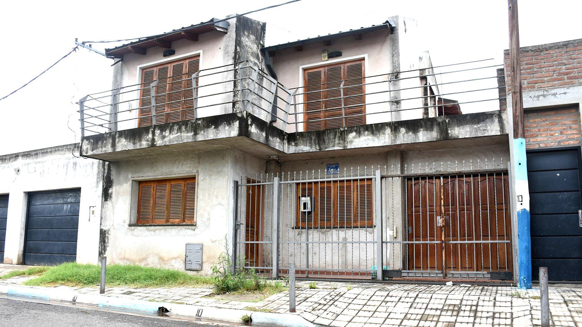 La casa donde vivían los Messi está deshabitada. Con sus dos plantas, sus rejas y ventanas cerradas, el paso del tiempo se nota en las paredes. (Leo Galletto)