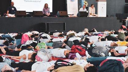 Según el yoga y el ayurveda, beber entre uno y tres vasos de agua tibia puede ayudar al sistema inmunológico (Embajada de la India en Argentina)