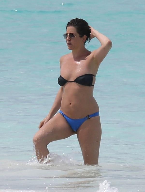 Mientras Jennifer Aniston disfrutaba de las playas de Bahamas, los rumores sobre un supuesto embarazo crecían en Hollywood (The Grosby Group)