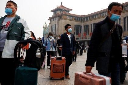 Viajeros en la estación de tren de Pekín, China. 9 de octubre de 2020. REUTERS/Thomas Peter
