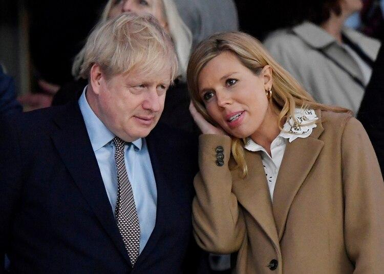 Boris Johnson con su pareja Carrie Symonds. La mujer, quien está embarazada, informó que también tuvo síntomas compatibles con el nuevo coronavirus (REUTERS/Toby Melville/archivo)