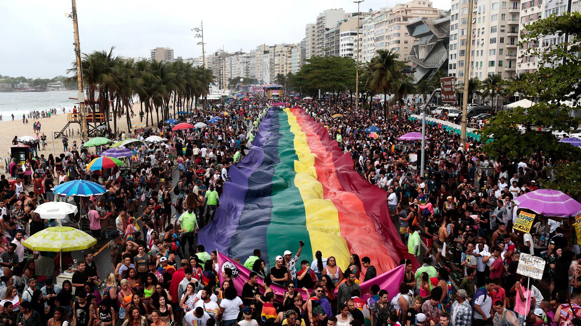 La tradicional bandera multicolor en el Desfile del Orgullo Gay en la playa de Copacabana en Río de Janeiro, Brasil, el 22 de septiembre de 2019. REUTERS / Ian Cheibub