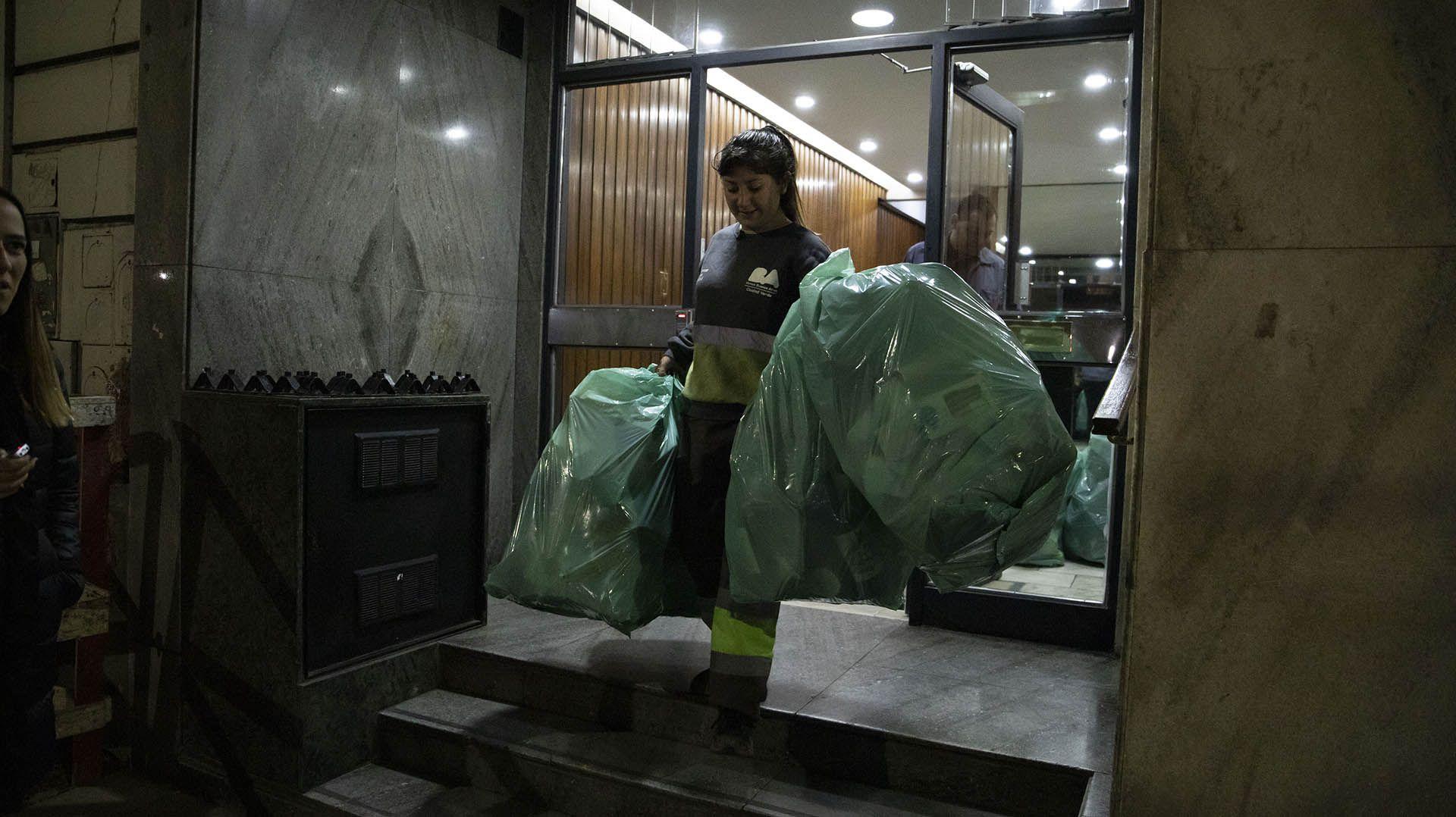 Emilse recorre por las noches la zona de Caballito. Recolecta material reciclable hasta llegar, por lo menos, al peso mínimo que le exigen en la Cooperadora: 50 kilos (Lihue Althabe)