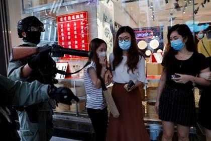 La policía dispersa a tres jóvenes manifestasen durante las protestas de este miércoles en Hong Kong (REUTERS/Tyrone Siu)