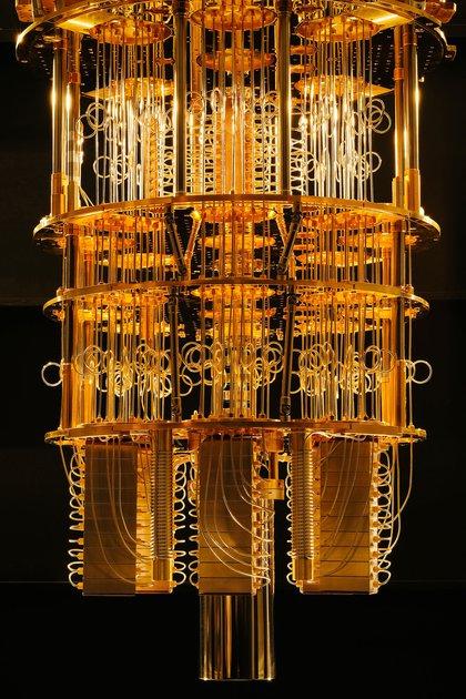 El refrigerador de dilución Q de IBM, que alberga una computadora cuántica (The New York Times)