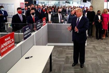 El presidente de los Estados Unidos, Donald Trump, saluda a los miembros de su equipo de campaña en la ciudad de Arlington, Virginia. REUTERS/Tom Brenner