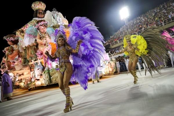 El desfile de la escuela de samba Mangueira (REUTERS/Ricardo Moraes)
