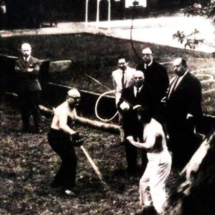 El 3 de noviembre de 1968 a la madrugada, el almirante Benigno Varela (de pantalón blanco) y el periodista y dirigente radical Yoliván Biglieri se batieron a duelo