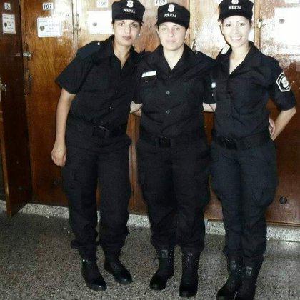 Lucrecia junto a dos compañeras de la Policía, lugar que debió dejar y extraña.