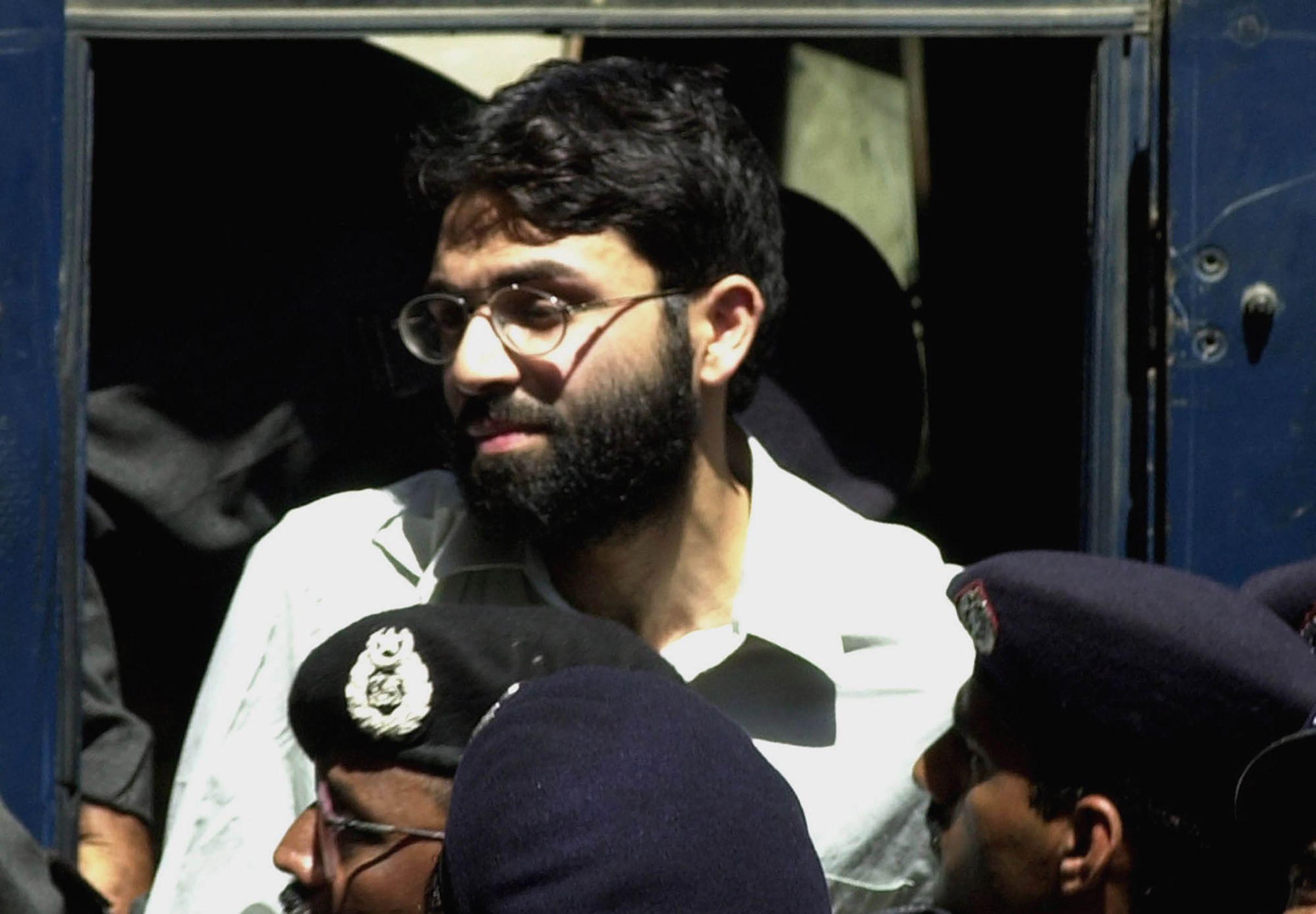 En esta imagen de archivo, tomada el 29 de marzo de 2002, Ahmed Omar Saeed Sheikh, un británico-paquistaní acusado de matar al reportero estadounidense del Wall Street Journal Daniel Pearl en 2002, comparece en un tribunal en Karachi, Pakistán. (AP Foto/Zia Mazhar, archivo)