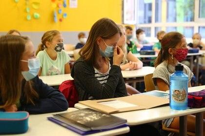 Como portadores asintomáticos que asisten a las instituciones escolares, los niños pueden propagar la infección y llevar el virus a sus hogares (REUTERS)