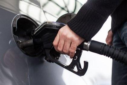 ILUSTRACIÓN - Si se carga combustible con la manguera equivocada hay que evitar encencer el motor. Foto: Christin Klose/dpa